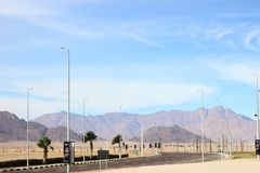 La route menant aux montagnes L'Egypte en décembre Désert, vide et solitude image stock