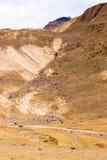 La route menant pour risquer dans les montagnes photo libre de droits