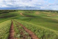 La route menant vers le bas à partir de la colline Images stock