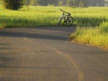 La route met en place le lever de soleil photo stock