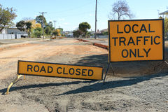 La route noire et jaune a fermé - des signes du trafic local seulement photo libre de droits