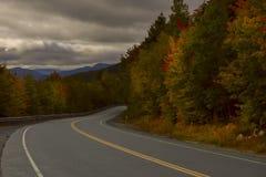 La route parmi la forêt d'automne dans les montagnes Ciel excessif Parc d'état d'entaille de Franconia LES Etats-Unis New Hampshi images stock