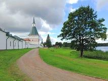 La route passant les murs du monastère antique images stock