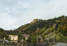 La route passant par le village au pied de la route de CarpathiThe passant par le village au pied du carpathien photographie stock libre de droits