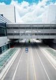 La route passent par l'immeuble de bureaux moderne Photo stock