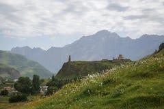 La route pavée de la Géorgie a entouré par de hautes montagnes vertes photos stock