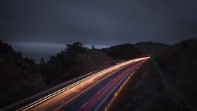 La route pendant la nuit avec la lumière traîne - le sao Miguel Portugal des Açores Photographie stock libre de droits