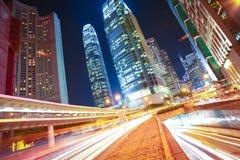 La route perce un tunnel les traînées légères sur les milieux modernes de bâtiments de ville i Photo stock