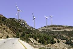 La route près du moulin à vent quatre sur la montagne Photos stock