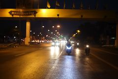 La route principale la nuit, il y a un running back de voiture et il y a une lumière illuminant la manière images libres de droits