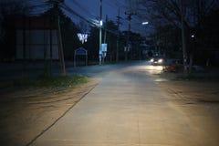 La route principale la nuit, il y a un running back de voiture et il y a une lumière illuminant la manière photo stock