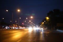 La route principale la nuit, il y a un running back de voiture et il y a une lumière illuminant la manière photographie stock