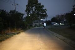 La route principale la nuit, il y a un running back de voiture et il y a une lumière illuminant la manière images stock