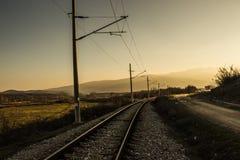 La route que cela mène à quelque part sur une montagne de fond naturel photographie stock