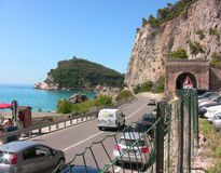 La route qui va le long de la plage de Varigotti photos libres de droits