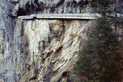 La route raide de Les Echelles à Chambéry, Savoie image stock