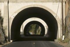 La route rurale mène à un tunnel par une montagne sur la route 33 dans Ojai, Ventura County California Photos libres de droits
