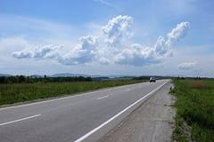 La route s'étend dans la distance Images stock
