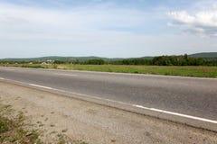 La route s'étend dans la distance Photo stock