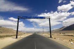La route signe dedans l'omnibus de Srinagar Leh, Ladakh Photographie stock
