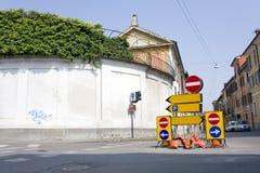 La route signent dedans la rue de ville Images libres de droits