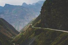 La route sinueuse et dangereuse dans les montagnes au Vietnam du nord photographie stock