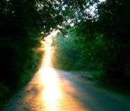 La route solaire entre le comté en ville, manière du travellier Images libres de droits