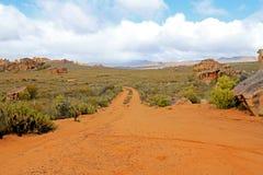 La route Stadsaal voisin foudroie le paysage dans le Cederberg, Afrique du Sud photo stock