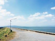 La route sur le barrage Image libre de droits
