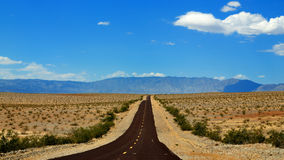 La route vers Death Valley, Californie et le Nevada Photo stock