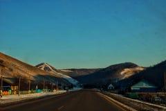 La route vers les Monts Oural image stock