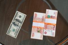 La rublo rusa y el dólar de EE. UU. Imagenes de archivo