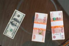 La rublo russa ed il dollaro americano Fotografie Stock Libere da Diritti
