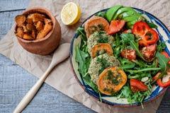 La rucola, lenticchia del vegano ha fritto le cotolette, patata dolce al forno Immagini Stock Libere da Diritti