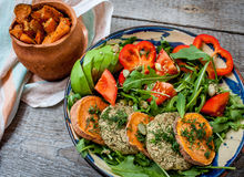 La rucola, lenticchia del vegano ha fritto le cotolette, patata dolce al forno Fotografie Stock Libere da Diritti