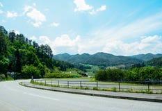 La rue avec la montagne Photos libres de droits