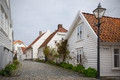La rue avec le blanc a peint les maisons en bois dans la vieille partie de Stavanger images libres de droits