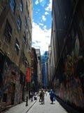 La rue célèbre d'arts à Melbourne avec des touristes images libres de droits