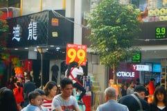 La rue commerciale d'habillement dans le paysage de jour du ` s de nouvelle année, les gens vont faire des emplettes ou achètent  Image stock