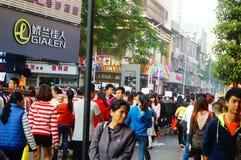 La rue commerciale d'habillement dans le paysage de jour du ` s de nouvelle année, les gens vont faire des emplettes ou achètent  Photographie stock