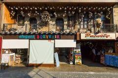 La rue d'achats et une boutique de souvenirs Photos stock