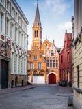 008-19 la rue de Bruges avec l'église images stock