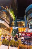 La rue de marche est une destination de touristes pour les personnes qui veulent manger le soir images libres de droits