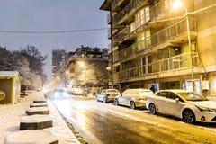 La rue de nuit avec la lumière de voiture traîne à Sofia, Bulgarie Photos stock