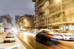 La rue de nuit avec la lumière de voiture traîne à Sofia, Bulgarie Photos libres de droits