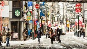 La rue de Tokyo a couvert dans la neige Image stock