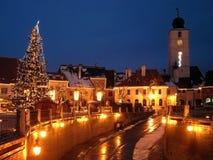 La rue de ville d'arbre de Noël renferme la tour Image libre de droits
