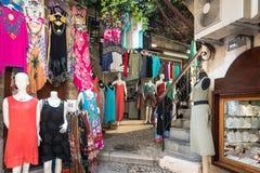 La rue fait des emplettes avec des vêtements dans la ville de Rhodes sur l'île de Rhodes, Grèce Photographie stock