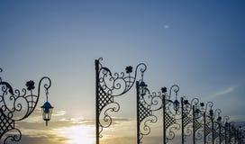 La rue a forgé des lanternes Anapa, Russie images stock