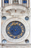 La rue marque l'horloge astronomique Image libre de droits